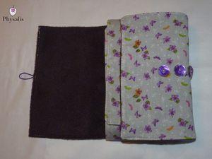 Modèles disponibles dans la boutique ALM, le Royaume de Physalis ( http://www.alittlemarket.com/etuis-mini-sacs/fr_protege_livre_reglable_pour_livres_de_poche_et_livres_broches_nuages_de_papillons_-7644097.html)