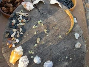 lit de rivière alimentée par un récupérateur d'eau;pierre sciée, pierre brute et concassé; galets et broyat; looses parts