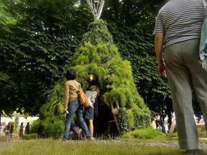 ~~Il crée de magnifiques sculptures végétales pour le plaisir des yeux!