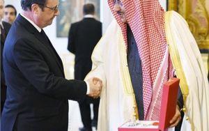 Hollande remet la légion d'honneur au Prince Neyouf d'Arabie Saoudite