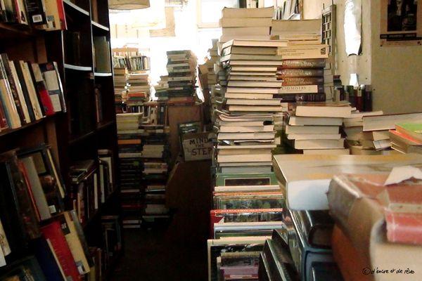 Maintenant je pourrai dire que, non, ce n'est pas le bazar chez moi : je range juste mes livres de la même manière que les libraires écossais