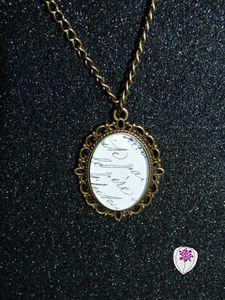 collier cabochon motif écriture