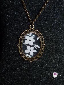 collier cabochon motif fleur