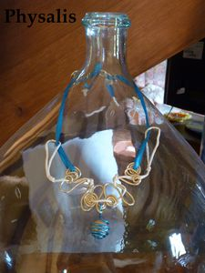 collier ruban bleu
