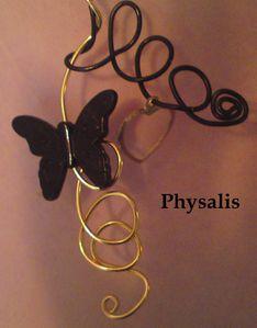détail collier papillon noir et or