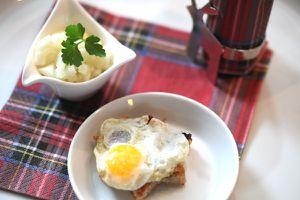 weihnachten 2012 - amuse gueule: wachtelei auf pestotoast mit apfel-kohlrabi-tatar