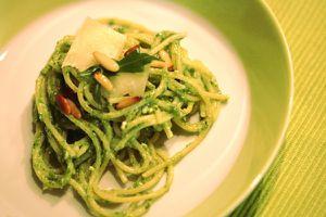 spaghetti mit rucolapesto und ziegenfrischkäse