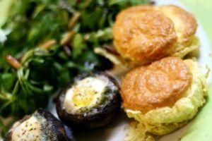 feldsalat mit wachtelei-champignon und ziegenfrischkäse-soufflé