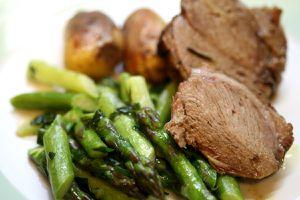 lammkeule - mit spargel und kartoffeln