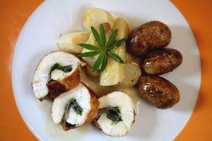 hähnchenbrust-bärlauch-serrano-röllchen mit spargel und waldmeistersoße - teller
