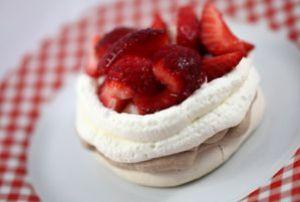pavlova mit zweierlei sahne und erdbeeren