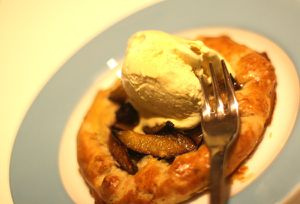 whisky-pflaumen-galette mit vanilleeis