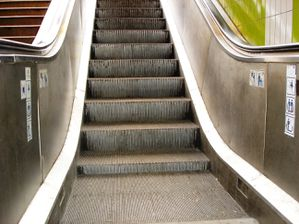 Image result for escalateur en panne (photos)