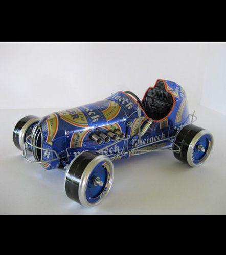 un-modele-de-voiture-fabrique-avec-des-canettes-de-biere-rh.jpg