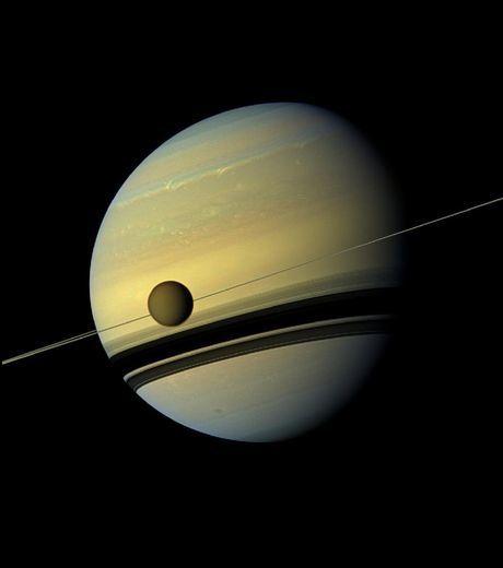 la-planete-geante-saturne-surplombant-son-enorme-lune-titan.jpg