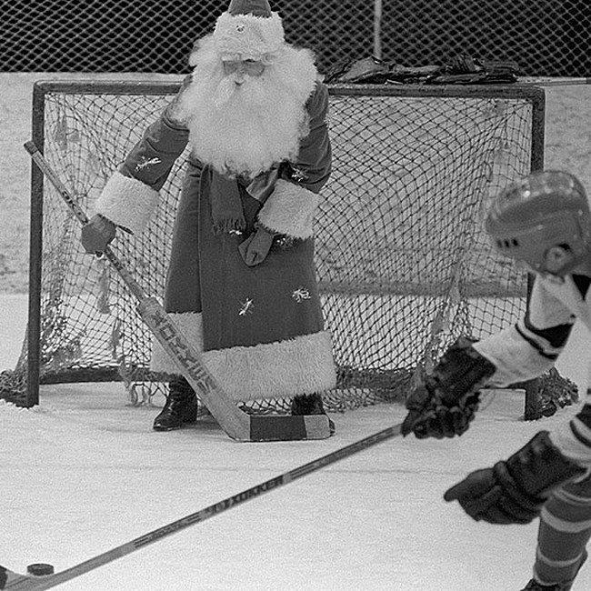 Теперь не пропустим !! Дед Мороз играет в хоккей с воспитанниками детской спортивной школы. 1982 год. Киев. СССР, детство, фотографии