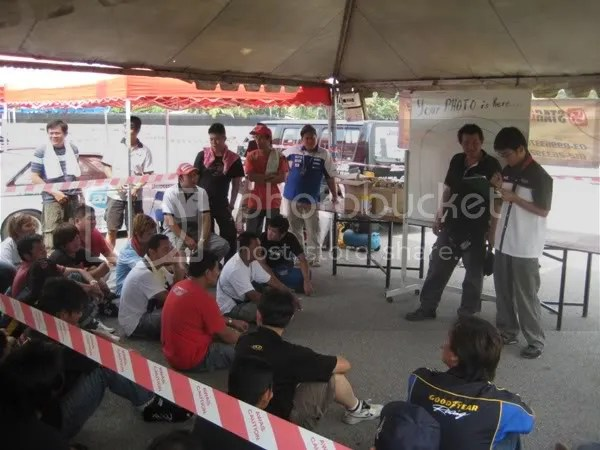 Yoong briefing the drivers before qualifying