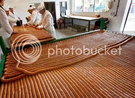 Pembuatan sosis; foto oleh Srdjan Ilic/AP