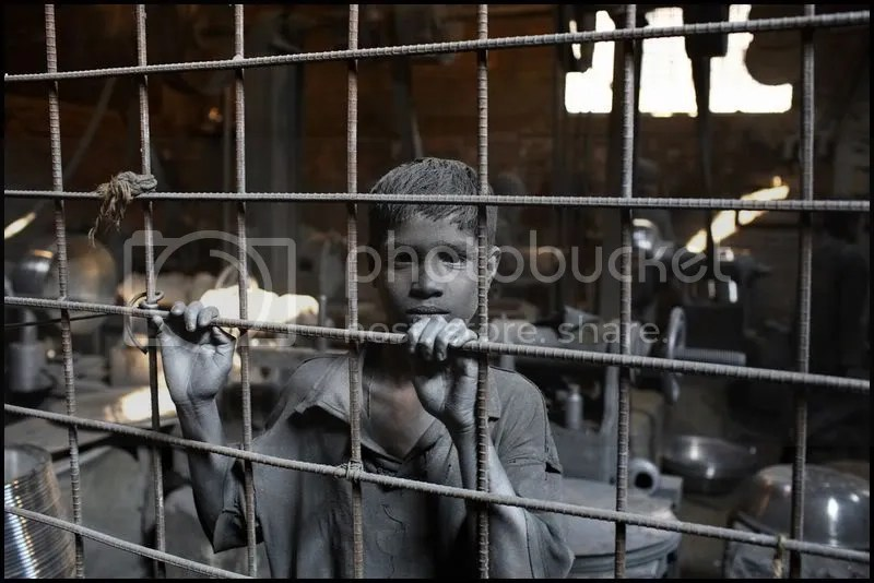 Jainal berkerja di pabrik pembuat panci masak perak. Umurnya baru 11 tahun, dan dia sudah bekerja di pabrik tersebut selama 3 tahun. Dia mulai berkerja jam 9 pagi dan selesai pada pukul 6 sore. Untuk semua jerih payahnya ia mendapat 700 taka (10 USD; ~Rp 108.000) perbulan. Orang tuanya sangat miskin dan tidak bisa membiayai sekolah Jainal. Menurut pemilik pabrik, banyak sekali orang tua yang tidak perduli lagi terhadap anak-anak mereka sendiri; mereka mengirim anak-anak mereka untuk berkerja dan tidak lagi merasa kasihan untuk anak anak mereka. Dhaka 2008