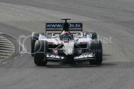 Smaakmaker Christijan Albers met de Minardi PS04B door de Renaultbocht, zondag