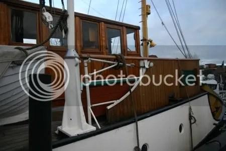 Blik vanaf de kade op de brug, stuurhut en kaartenhut. Eronder, in het witte gedeelte, de walengang met de bemanningsverblijven.
