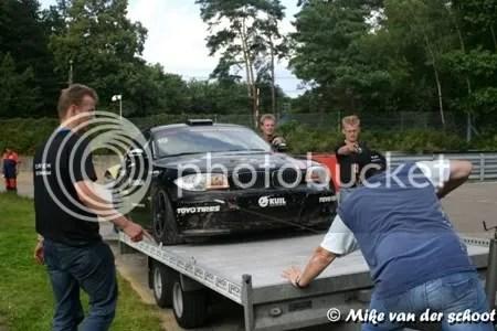 De motor was dood dus moest spierkracht de auto op de aanhanger krijgen.