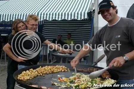 Jack hielp Jeroen met de bereiding van het eten...