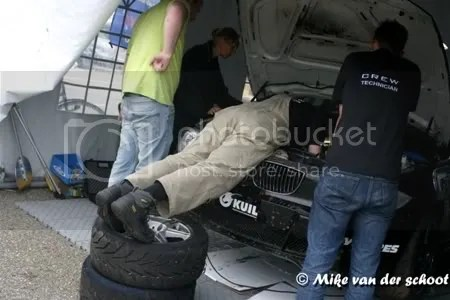 Klaas krijgt een steuntje om beter in de cylinders te kijken. Martijn, Theresia en Wijmar kijken toe.
