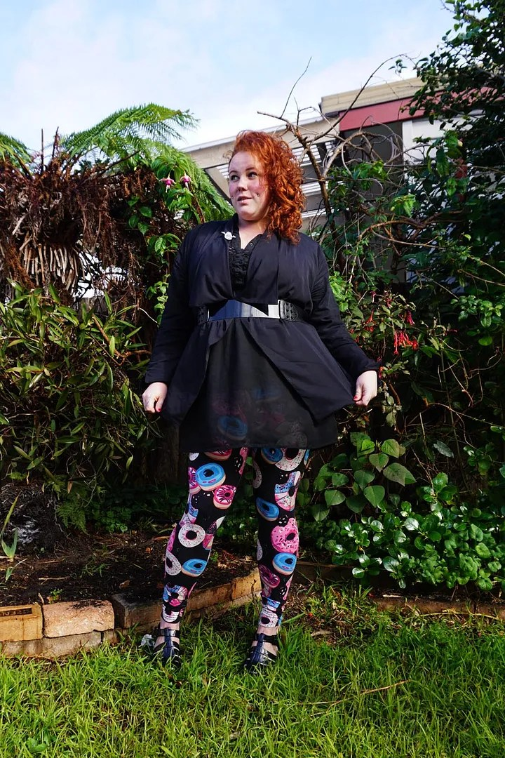 plus size outfit black 80s vintage top and donut leggings