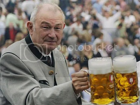 Beckstein, presidente de Baviera, jugando a la bavaridad