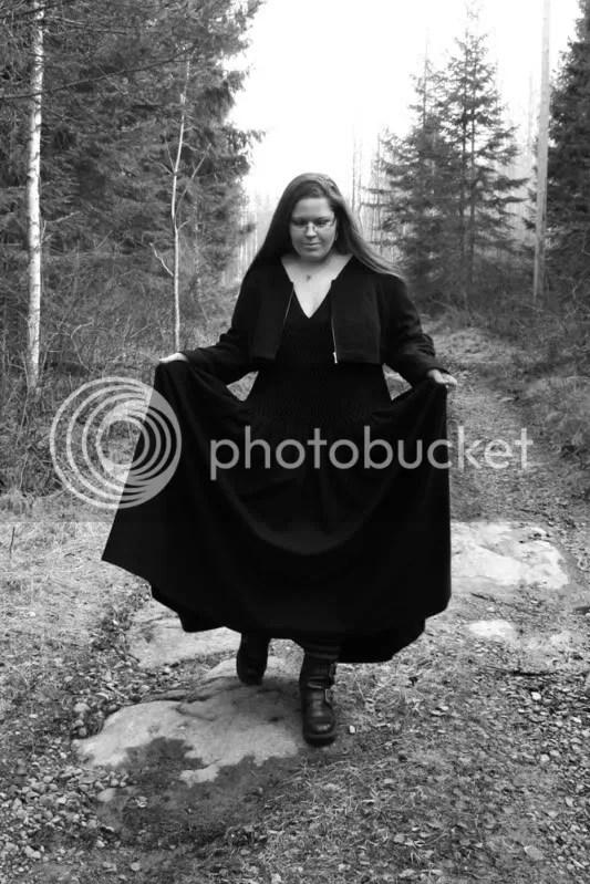 Smockad från byst till höft. 3.8 meter svart ull, samma tyg i klänning som tröja.