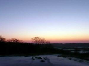 日の出前のバラ色の空