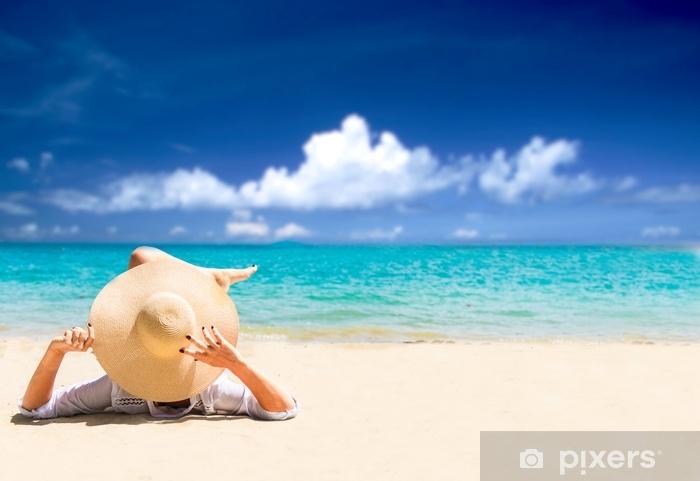 papier peint femme se detendre sur la plage vie de l ile heureuse sable blanc ciel bleu nuageux et mer de cristal de plage tropicale vacances au paradis ocean plage relax pixers