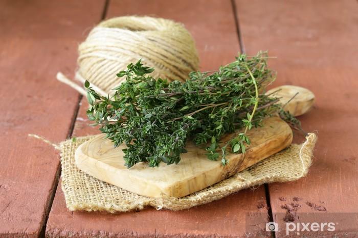 https pixers fr rideaux occultants bouquet de thym frais vert sur planche a decouper en bois 60251191