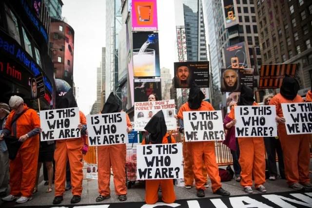 Se han hecho miles de protestas en Estados Unidos que ruegan por el cierre de la prisión. Uno de las quejas principales es que los presos, acusados presuntamente de terrorismo, nunca son debidamente juzgados y hay muchos que aseguran ser inocentes.