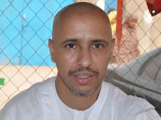 """Mohamedou Ould Slahi pasó 14 años de su vida en Guantánamo sin ser acusado de ningún delito. Se convirtió en uno de los casos más notables de la prisión, puesto que escribió un libro contando detalladamente cada una de las torturas que sufrió dentro de la cárcel. Cuenta además como era el trato de los soldados americanos con los reos. El libro se titula """"Guantánamo Diary""""."""