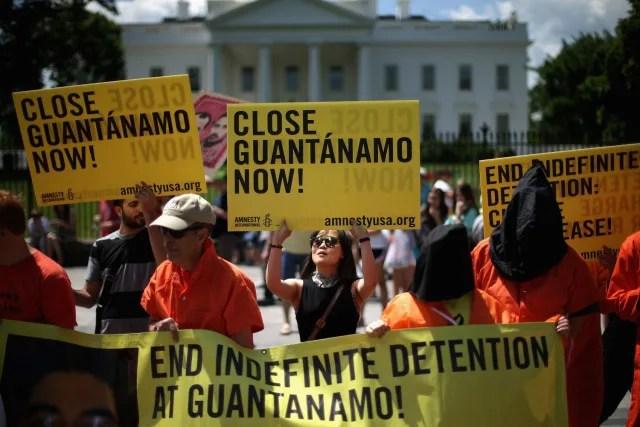 """""""¡Cierra Guantánamo ahora!"""" """"¡Termina con la detención indefinida en Guantánamo!"""" Son algunas de las consignas de los protestantes."""