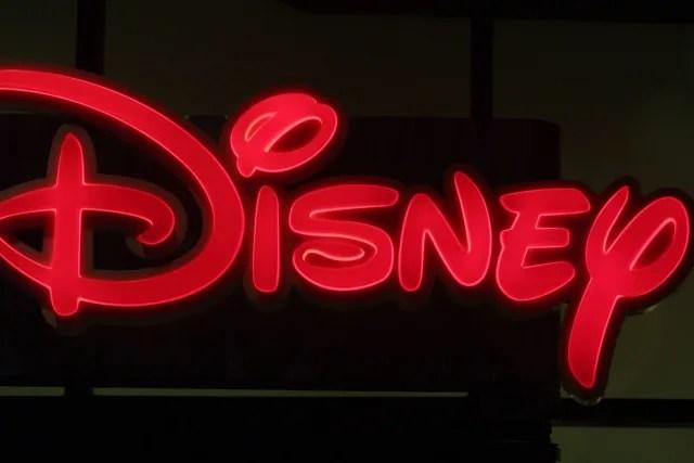 Disney a lo largo de los años se ha convertido en una marca, lo que comenzó como una caricatura se ha extendido a una imagen mundial. Desde la películas hasta los parques de diversiones Disney es una organización impecable y transcendental, su logotipo surgió a partir de una estilización de la firma de su fundador, Walter Elias Disney. Sin embargo, esta gran corporación modifica su imagen de acuerdo a sus productos. Por ejemplo, para las películas, además de la tipografía, muestra el famoso castillo con fondo azul (inspirado en el Castillo Neuschwanstein, en Alemania).
