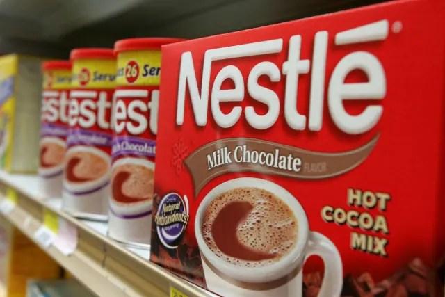 Nestlé es una marca de alimentos importante en el mundo, su primer logotipo surgió en 1868 con su creador Henri Nestlé, quien decidió basar el diseño en el significado de su apellido en alemán (pequeño nido) y en el emblema familiar. No fue sino hasta 1938 que le agregó el nombre y poco a poco fue simplificado y modernizado hasta darle vida a la imagen que conocemos actualmente.