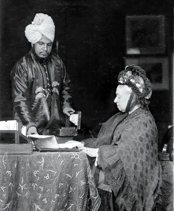 """La Reina Victoria era una mujer fría y de pocos amigos, pero el único que logró """"romper su coraza"""" fue Abdul, con él pasó """"los mejores días de su vida""""."""