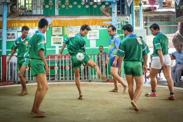 Chinlone, uno de los deportes nacionales de Myanmar, es un juego que deja a todos felices. No hay equipos y no se puede ganar o perder porque el juego consiste en maniobrar con el balón de la manera más agradable y bonita posible, sin usar las manos.