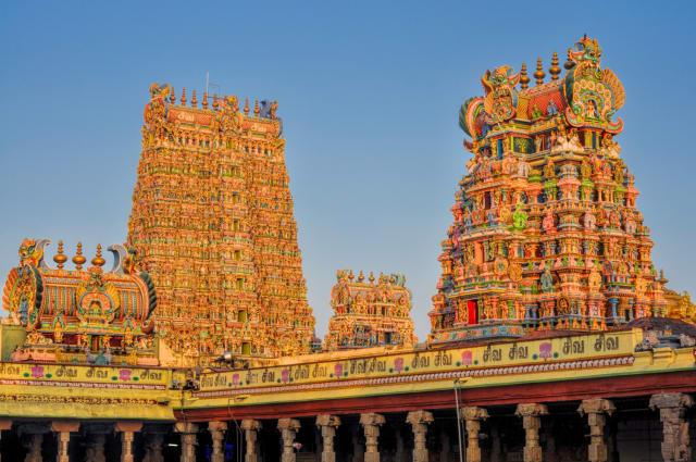 Las esculturas de diversos tamaños y colores representan las diferentes tradiciones hindú.