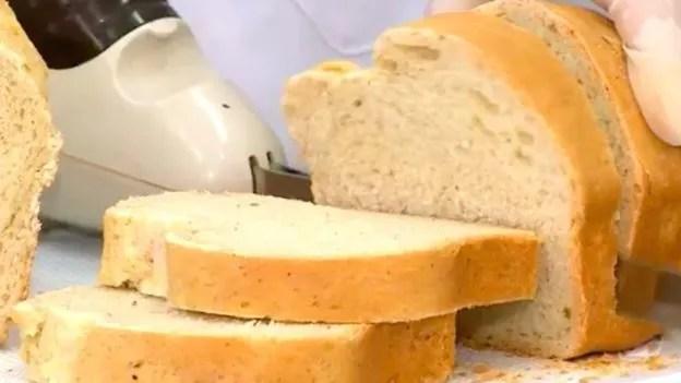 La foto es el resultado del pan hecho con harina de cucaracha. Los científicos afirman que la diferencia es casi imperceptible.