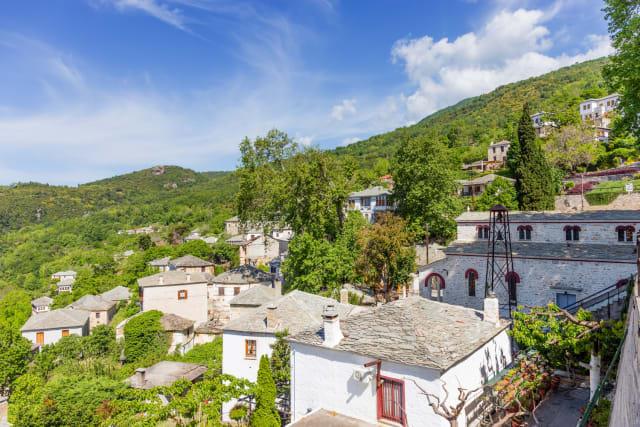 Ένα από τα λιγότερο κοσμοπλημμυρισμένα χωριά του Πηλίου είναι οι υπέροχες Πινακάτες με τα πηλιορείτικα αρχοντικά τους να σκαρφαλώνουν την καταπράσινη πλαγιά σε υψόμετρο 580 μέτρων. Εκτός από ειδυλλιακές βόλτες σε πετρόχτιστα καλντερίμια, ανάμεσα σε μαρμάρινες κρήνες που αναβλύζουν τρεχούμενο νερό και κάτω από αιωνόβια πλατάνια, οι Πινακάτες έχουν επίσης να προσφέρουν και σούπερ διαδρομές στο υπόλοιπο Πήλιο, καθότι αποτελούν ιδανική βάση για να εξερευνήσετε χωριά όπως η Βυζίτσα (στα 3 χιλιόμετρα από εδώ), ο Άγιος Γεώργιος Νηλείας (στα 5 χιλιόμετρα) και οι Μηλιές (στα 5 χιλιόμετρα επίσης).