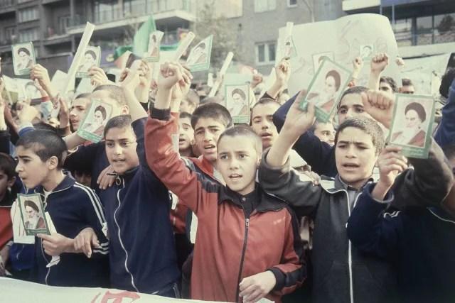 Niños iraníes sostienen el retrato del ayatolá Jomeini y se manifiestan frente a la Embajada de EEUU en Teherán (1979).