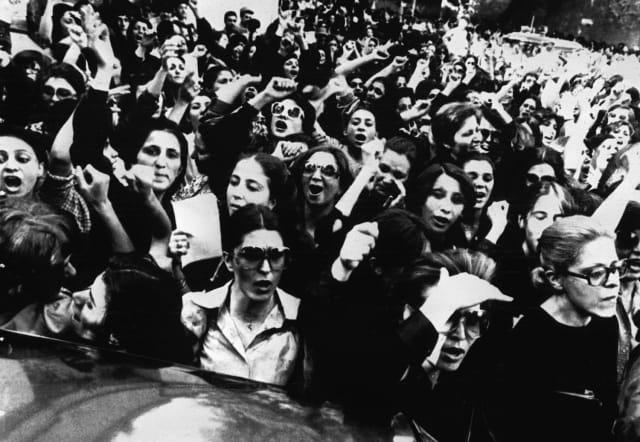 Las mujeres iraníes protestan en las calles de Teherán contra el uso obligatorio del hiyab (5 de julio de 1980).