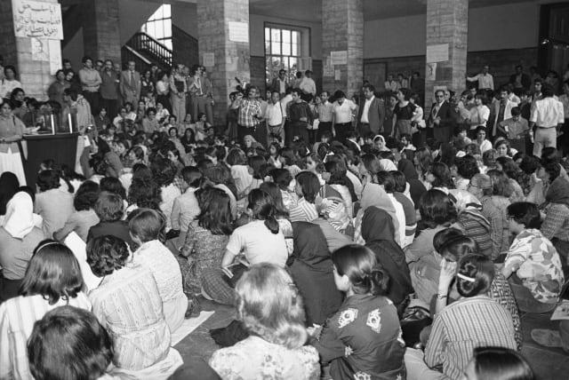 Una protesta pacífica de mujeres abogadas en el Ministerio de Justicia de Irán (14 de junio 1979).