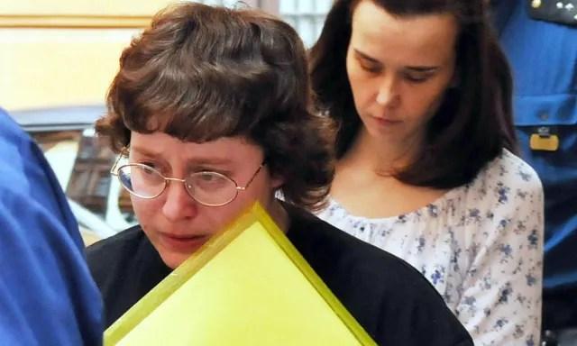 Barbora Skrlová seguida de Katerina Mauerova en el juicio.-