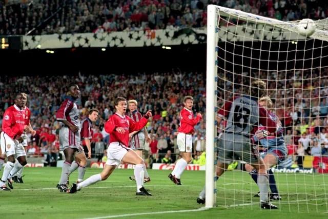 Solskjaer cabeceava para a eternidade. O Bayern ia levando aquela decisão no Camp Nou com a vitória por 1 a 0 até que veio a grande virada nos acréscimos (com jogadores que saíram do banco). Aos 46, Sheringham empatou. Aos 48, o norueguês virou. E o Manchester United conquistava uma das grandes decisões da história. (Foto: Getty Images_
