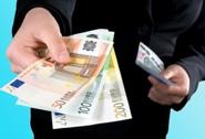 Manovra, pioggia di tasse: su l'Iva, benzina più cara e imposte di bollo in banca. DI' LA TUA